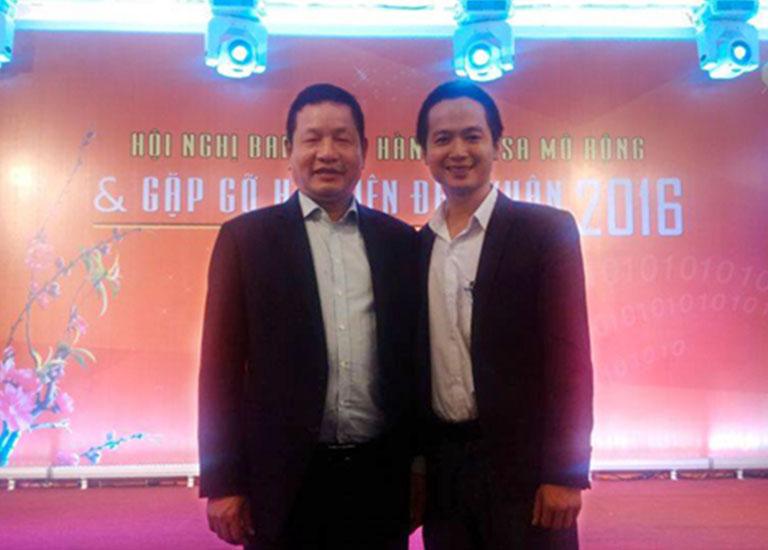 Ông Trương Gia Bình, Chủ tịch VINASA chụp ảnh lưu niệm cùng Giám đốc điều hành HOSCO miền Bắc Ông Trần Quang Cường